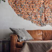 Старая стена в интерьере гостиной