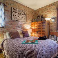 Кирпичные стены в интерьере спального помещения