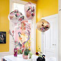 Обеденный стол в комнате с желтыми стенами