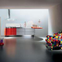 Кресло с обивкой из разноцветных лоскутов ткани