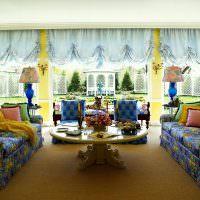 Интерьер гостиной с двумя пестрыми диванами