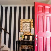 Полосатые обои в прихожей с розовой дверью