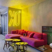 Угловой диван в комнате с серыми стенами