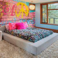 Граффити на стене спальни девушки подростка