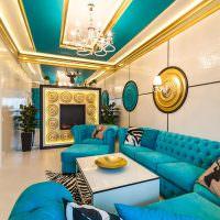 Бирюзовая мебель в белой гостиной
