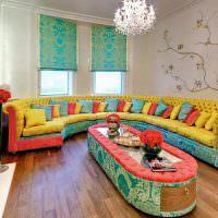 Большой диван дугообразной формы