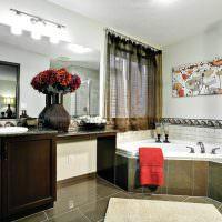 Красное полотенце на краю ванной с гидромассажем