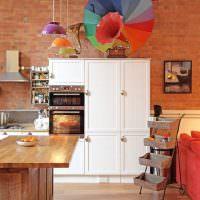Цветной зонт на кухонном шкафу