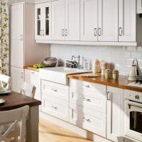 Линейная кухня с белыми фасадами