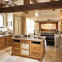 Деревянные балки на кухне загородного дома