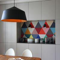 Разноцветные треугольники на кухонном фартуке