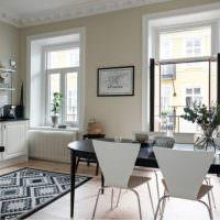 Черный обеденный стол в интерьере кухни