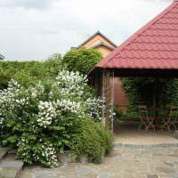 Беседка в крышей из металлочерепицы в глубине садового участка