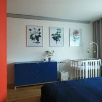 Кроватка для малыша в комнате родителей