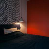 Полвесной светильник над изголовьем кровати