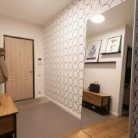 Интерьер светлого коридора в двухкомнатной квартире