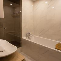 Керамическая плитка под мрамор в отделке ванной комнаты