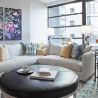 Угловой диван с декоративными подушками