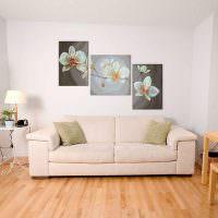 Серый диван на ламинированном полу