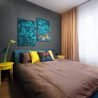 Коричневое покрывало на синей кровати