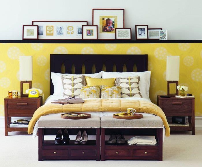 Желто-белые обои в интерьере спальни