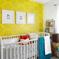 Желтые обои в детской комнате для новорожденного