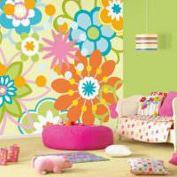 Яркие цветы на обоях в детской