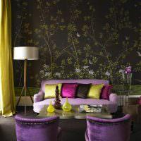 Розовый диван в гостиной с темными обоями