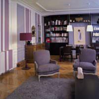 Фиолетовые полосы на стене гостиной