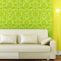 Сочетание зеленых обоев с желтой стеной