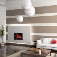 Полосатые стены в гостиной с камином
