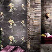 Темные обои с цветочками в интерьере комнаты