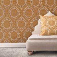 Сочетание орнамента обоев с текстилем подушки