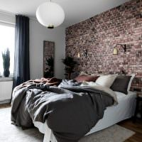 Спальня с обоями под кирпич на акцентной стене