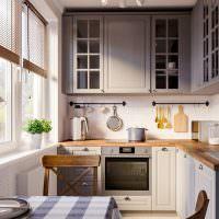 Небольшая кухня с деревянной столешницей