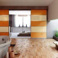 Стеклянная перегородка с оранжевыми полосами