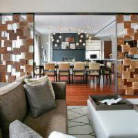 Комбинированная перегородка в гостиной большого дома