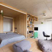 Двухспальная кровать за деревянной перегородкой