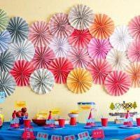 Бумажные цветы на стене детской