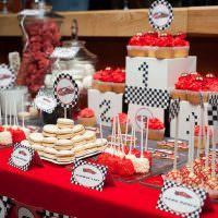Красная скатерть на столе для сладостей