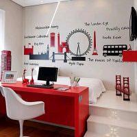 Красный стол в белой комнате