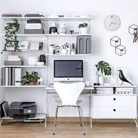 Металлический стеллаж в домашнем офисе