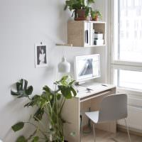 Рабочий стол в спальне с живыми цветами
