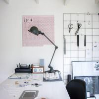 Розовый календарь на белой стене