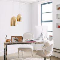 Рабочий стол в женской комнате