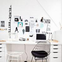 Черный стул с металлической спинкой из проволоки