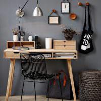 Деревянный стол около серой стены