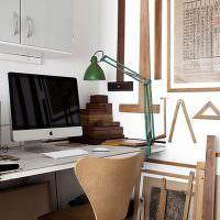 Зеленая лампа на компьютерном столе