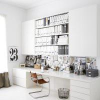 Белая мебель в домашнем офисе