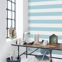 Голубые полосы на белой стене